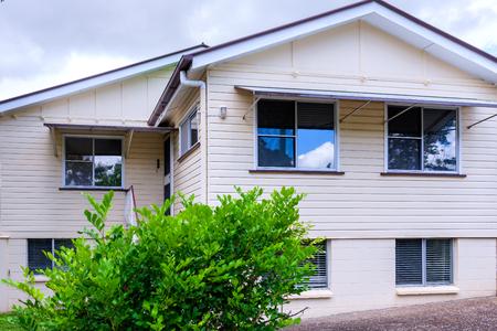 Fasada o regularnych rozmiarach, prosty dom