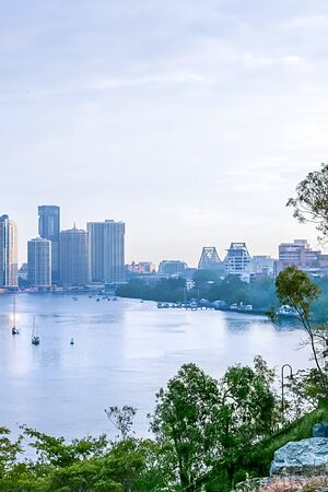 View of the downtown in the city of Brisbane, Queensland, Australia, as seen from the other side of the river Archivio Fotografico - 131125541