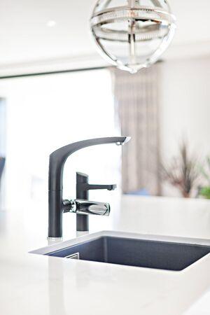 Lavabo da tavolo minimalista con uno sfondo sfocato