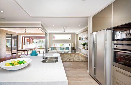 Gut ausgestatteter Küchenbereich mit Aufsatzwaschbecken, Kühlschrank und anderen elektronischen Geräten Standard-Bild