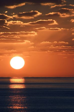A wonderful shot of sunset from just off of Little San Salvador Island in the Bahamas. 版權商用圖片 - 2510947