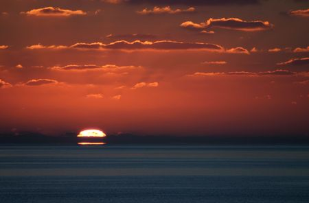 A wonderful shot of sunset from just off of Little San Salvador Island in the Bahamas. 版權商用圖片 - 2510937