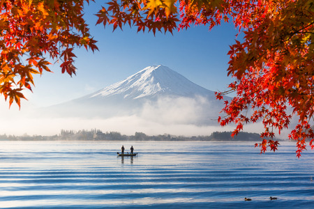 湖での富士および赤いカエデの葉