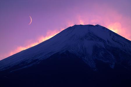 富士山と日没後の黄昏の月