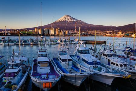 富士と産業の町の港で船
