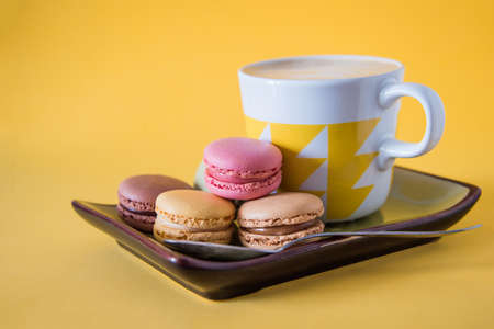 coffee with biscuit on a yellow background 免版税图像