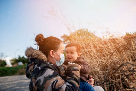 single-parent family concept. Nature walk in autumn afternoon Stockfoto