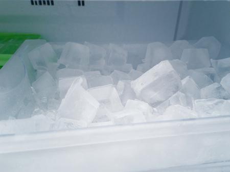 Ice in the refrigerator. Standard-Bild