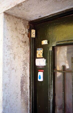 Doorbell Chaos ond old entrance Stockfoto