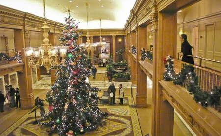 Retro Hotel Lobby at Christmas. Redactioneel