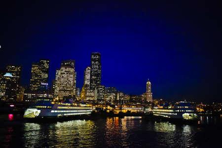 Seattle Skyline at Night. Stockfoto - 8194715