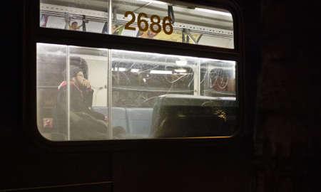 都市交通の夜のシーン。 報道画像