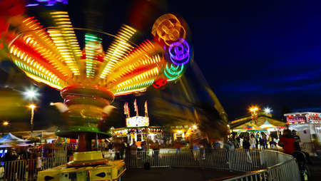 Fair Midway Rides at Night. Redactioneel