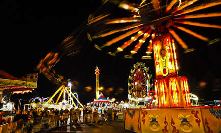 Fair Midway Rides at Night. 新聞圖片