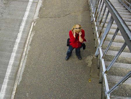 Een vrouw spreken op een mobiele telefoon. Redactioneel