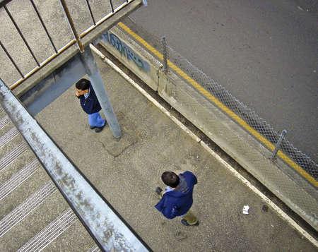 二人がバスを待っています。 報道画像