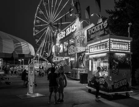B & W Carnival Ticket Stand 's nachts Stockfoto - 85080546
