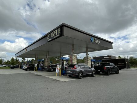 Orlando,FL/USA -10/27/19: People fueling up their cars with gasoline at a Sams Club gas station. Redactioneel