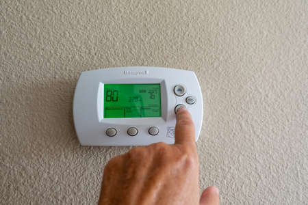 Orlando, FL/USA-8/9/19:A Honeywell programmable thermostat to control the air conditioner and heater in a home. 新聞圖片