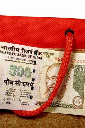 Nota de la rupia 500 con una bolsa de compras  Foto de archivo - 7507187
