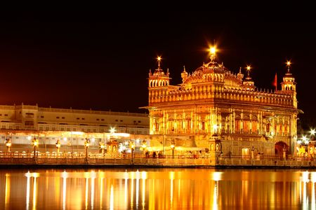 darbar: The Golden temple in Amritsar, Punjab, India in night. A sacred place thronged by devotees of all religions all round the year from world over Archivio Fotografico