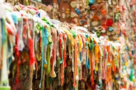 写真は、ワシントン州シアトルのガムの壁観光を示しています。