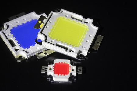 leds: muchos LEDs encabezados por un poderoso 10V están en el concepto de pila de ahorro de energía, el ahorro de dinero, primer plano, Kit para la lámpara LED