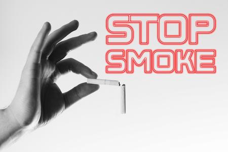 Hand mit einem gebrochenen Zigarette Konzept der gesunden Lebensweise, Rauchen aufzuhören, schwarz und weiß