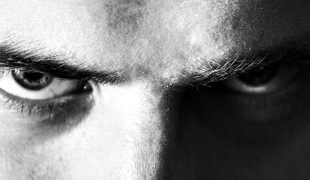 邪悪な、怒っている、深刻な、目は、カメラ、黒と白の肖像画を見て、男を見て