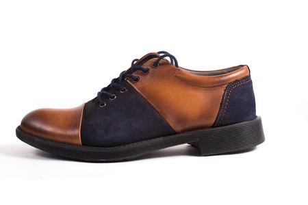 절연 흰색 배경에 새로운 갈색 캐주얼 신발