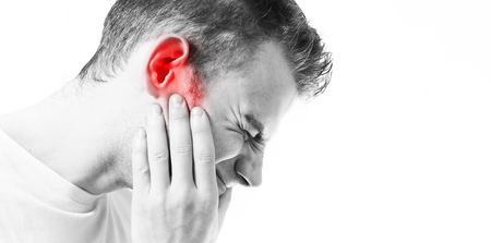 dolor de oido: Tinnitus,  man on a white background holding a sick ear, suffering from pain