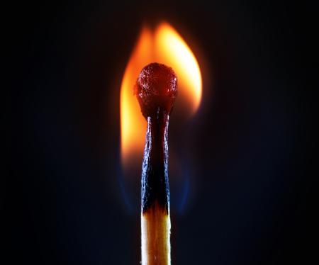 暗い背景に対して燃えるマッチ 写真素材 - 89418580