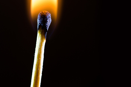 暗い背景に対して燃えるマッチ