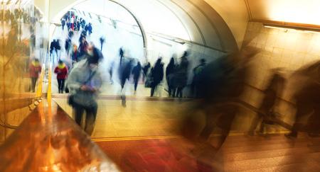 Leute in der U-Bahn werden bei der Arbeit lachen, Geschäftsleute gehen, der Hintergrund jedoch unscharf Standard-Bild