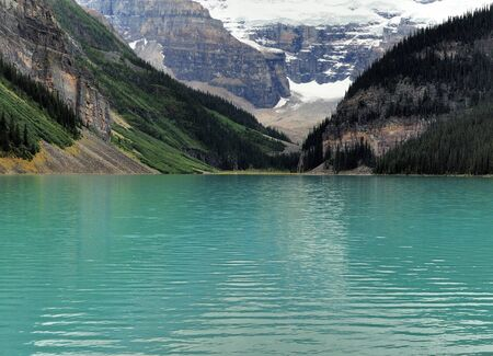 Enchanting Turquoise Colours Of Lake Louise With Snowy Mountains In The Back Banff National Park 스톡 콘텐츠