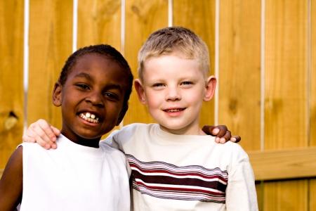 due amici: Qui sono due amici sorridenti verso la macchina  Archivio Fotografico