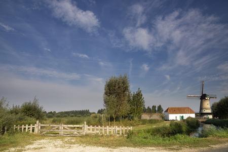 molino de agua: El molino Kilsdonkse windmillThe Kilsdonkse en el río Aa Brabantse cerca de la localidad holandesa Dinther es una combinación única de molino de viento y molino de agua