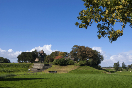 フリースラント州 Hogebeintum の terp が 8.80 メートルの高さがあり、それゆえオランダで最も高い人工住丘 写真素材