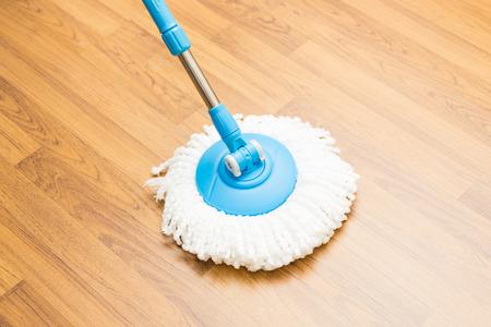 suelos: Limpieza por usar la fregona moderna en el piso de madera laminada.