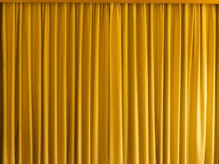 cortinas: Cortina amarilla con el marco para el fondo y la textura. Foto de archivo