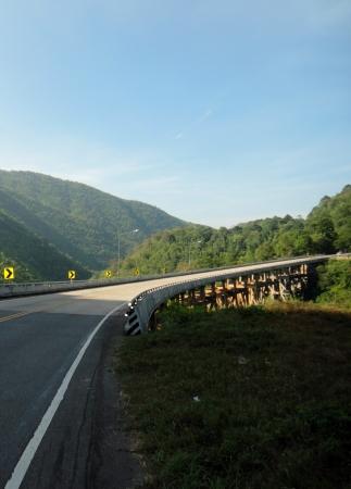 Ponte curvada sobre o vale