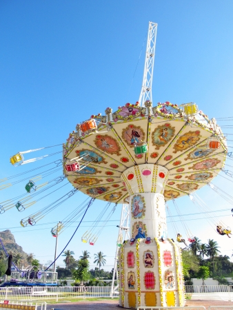 fei�ra: cadeia passeio do balanço no parque de diversões