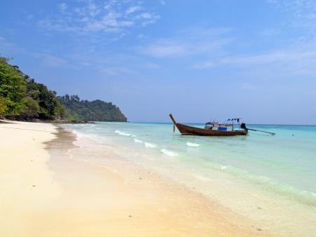 Atado longo barco na ilha de Koh Rok Rok, Tail
