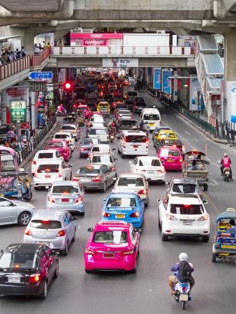 BANGKOK - 13 DE AGOSTO: Engarrafamento na estrada abaixo da BTS Skytrain na esta