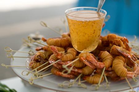 Fried envoltório camarão com macarrão e molho doce