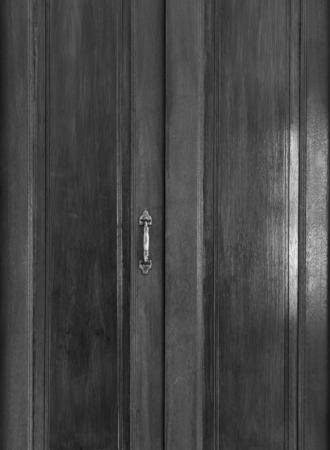 Imagem preto e branco da porta de madeira com al