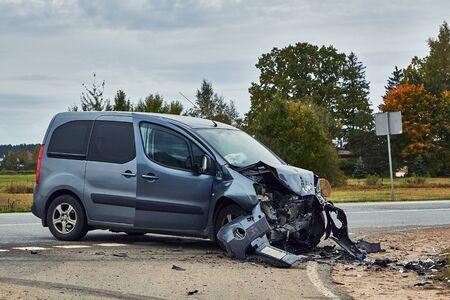 3. Oktober 2019, Marupe, Lettland: Auto nach Unfall auf einer Straße wegen Kollision mit einem anderen Fahrzeug, Transporthintergrund