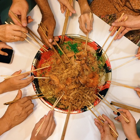 usher: One of the Chinese tradition is to group all family members to usher in the new year by mixing up the Yee Sang