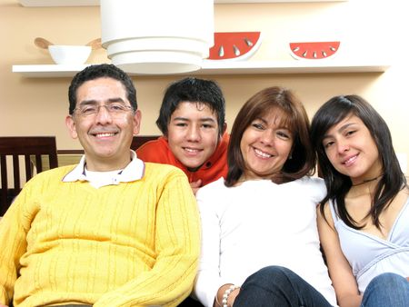 ni�os latinos: Belleza de la familia sentada en la sala sonriendo Foto de archivo