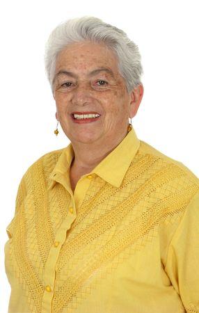 白い背景の上の黄色いワイシャツで年上の笑みを浮かべて女性